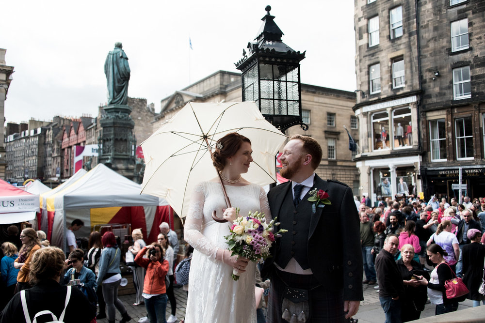 the royal mile, edinburgh - Jemma and Alistair married on the Royal Mile in the middle of the Edinburgh festival. The festival which runs through August brings the city into a flury of exciting creativity and fun.