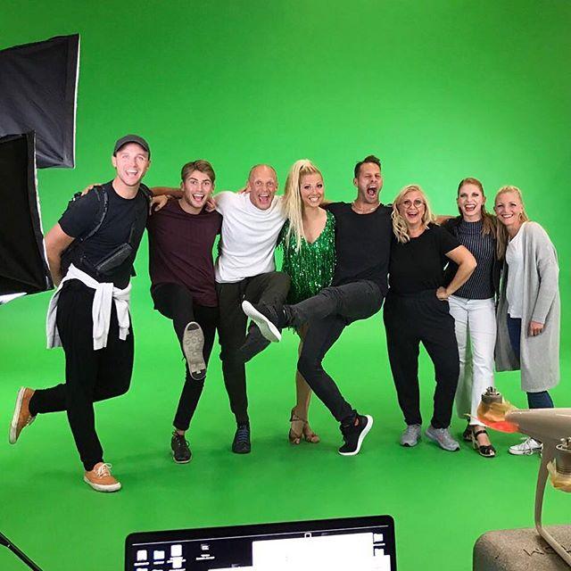 Idag startade vi igång danserep och filmning inför premiären som är om TVÅ VECKOR i Örebro!😍🎉💃🎥 Grymma @thomasbenstem jobbar med all dans som ska filmas till bakgrunden på scenen! Nu åker vi!!! Tjooo ❤👋🏼