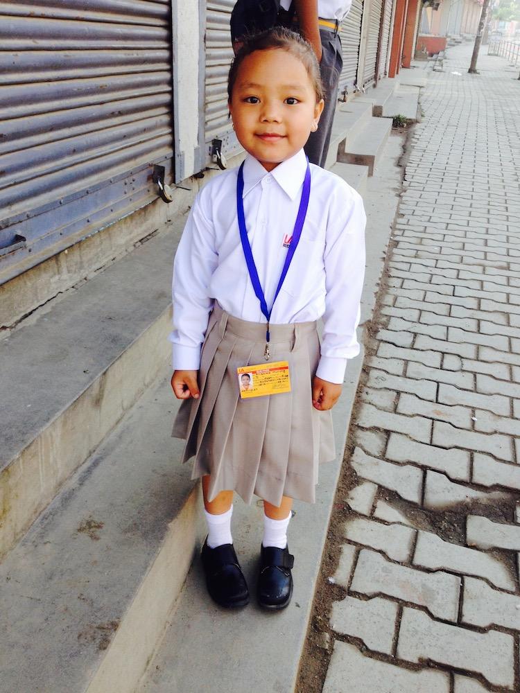 Alisma Gurung an ihrem ersten Schultag an der Little Angel's School in Kathmandu.