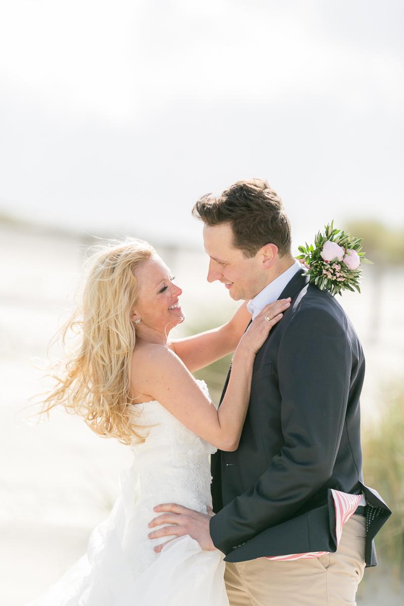 juist-strandhochzeit-beachwedding-brautpaar.jpg