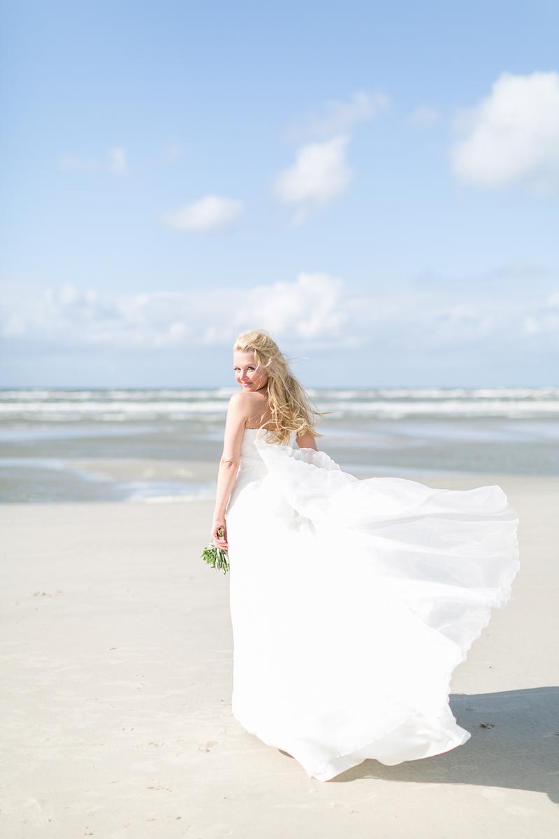 juist-strandhochzeit-braut-wind-beachwedding.jpg