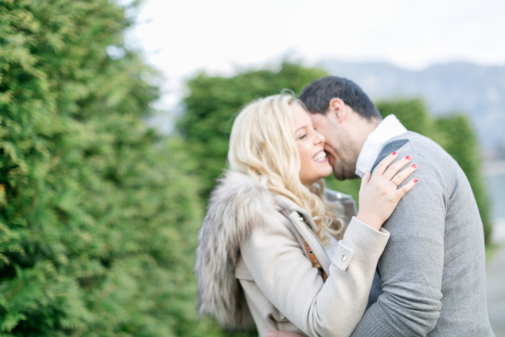 fuessen-engagement-festspielhaus-location-couple-kiss.jpg