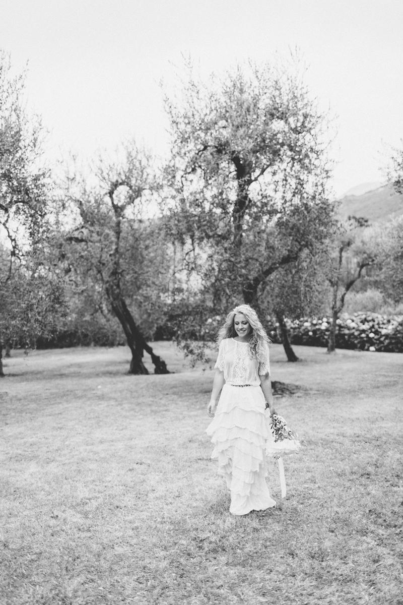bw-braut-olivenbaum-italien-gardasee-hochzeitsfotograf_muenchen-susanne_wysocki.jpg