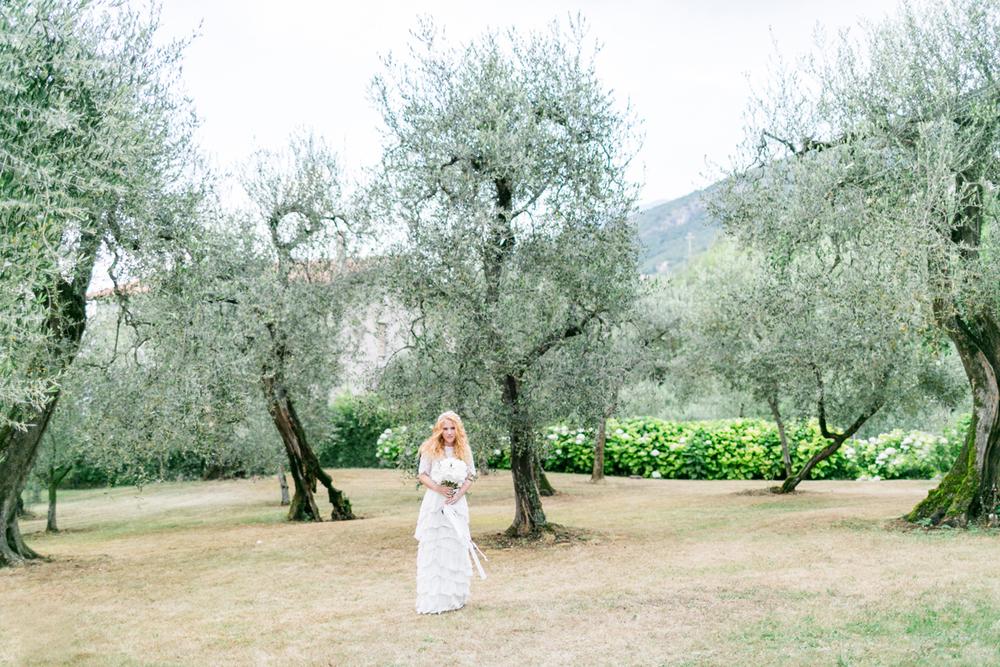 3-braut-olivenbaum-italien-heiraten-gardasee-hochzeitsfotograf_muenchen-susanne_wysocki.jpg