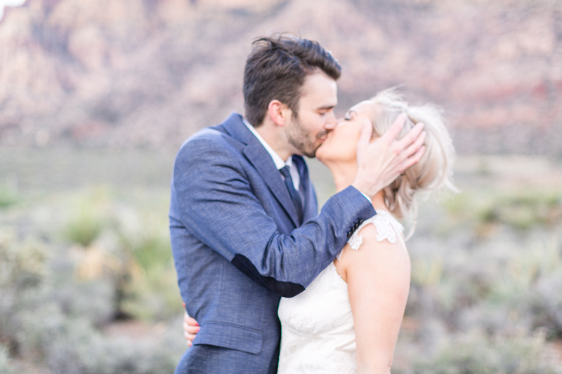 lasvegas-nevada-desert-shoot-bride-groom-susanne_wysocki-weddingphotographer-germany-wppi-redrock-kiss-2.jpg