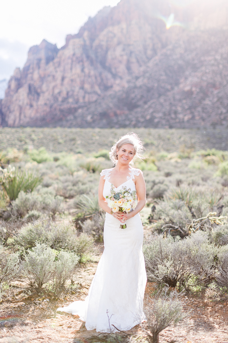 lasvegas-nevada-desert-shoot-bride-susanne_wysocki-weddingphotographer-germany-wppi-redrock.jpg