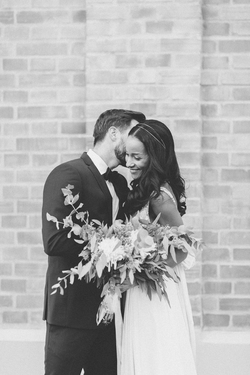 brautpaar-paarshooting-shooting-blumen-brautstrauss-braut-brautkleid-muenchen-hochzeitsfotograf-shooting-trier-luxemburg-marriage-wedding-inspiration-spinnerei-kolbermoor-bw.jpg
