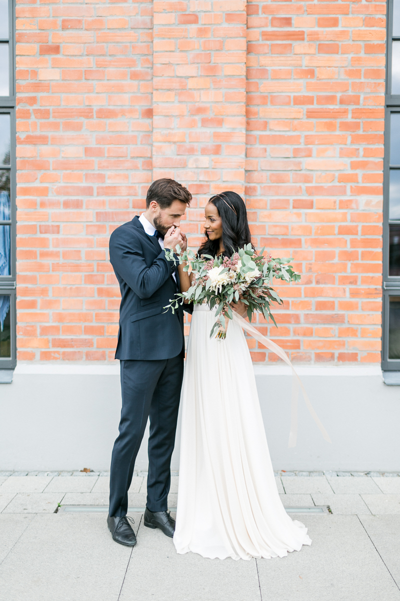 brautpaar-paarshooting-shooting-blumen-brautstrauss-braut-brautkleid-muenchen-hochzeitsfotograf-shooting-trier-luxemburg-marriage-wedding-inspiration-spinnerei-kolbermoor.jpg