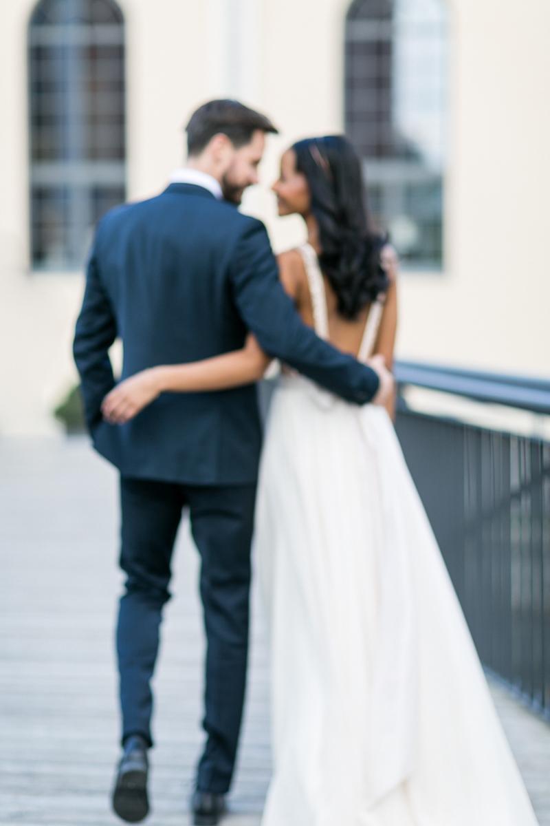 brautpaar-paarshooting-shooting-blumen-brautstrauss-braut-brautkleid-muenchen-hochzeitsfotograf-shooting-trier-luxemburg-marriage-wedding-inspiration-spinnerei-kolbermoor-blurry.jpg