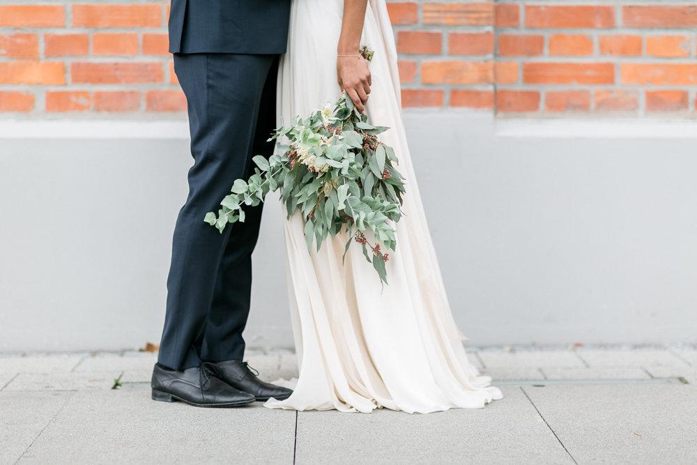 brautpaar-paarshooting-shooting-blumen-brautstrauss-braut-brautkleid-muenchen-hochzeitsfotograf-shooting-trier-luxemburg-marriage-wedding-inspiration-spinnerei-kolbermoor-eukalyptus.jpg