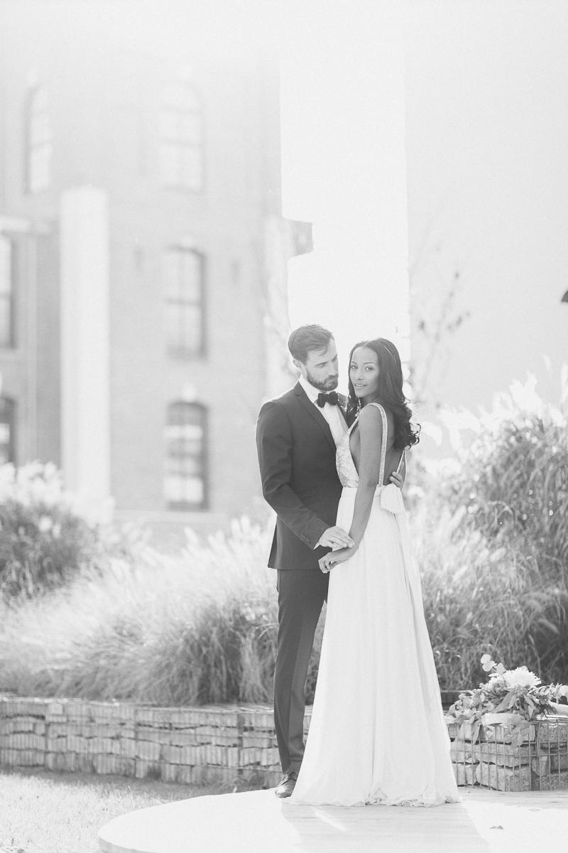 brautpaar-paarshooting-shooting-braut-brautkleid-muenchen-hochzeitsfotograf-shooting-trier-luxemburg-marriage-wedding-inspiration-spinnerei-kolbermoor-love-bw.jpg