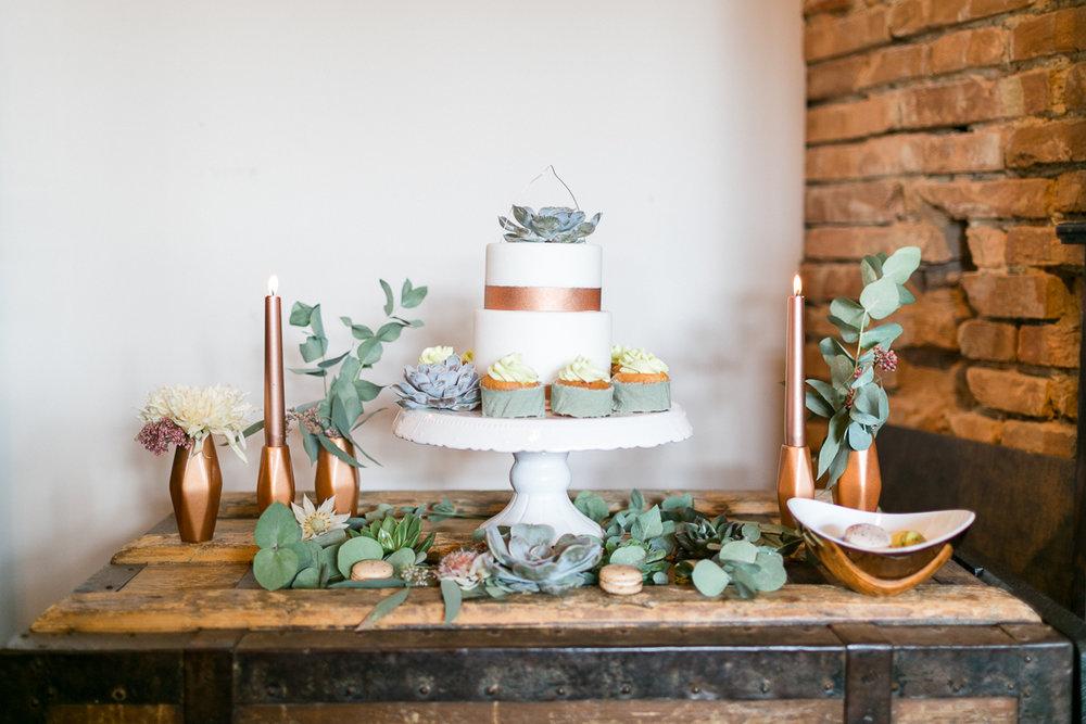 deko-tischdeko-papeterie-kaligrafie-kupfer-sukkulenten-muenchen-hochzeitsfotograf-shooting-trier-luxemburg-marriage-wedding-inspiration-spinnerei-kolbermoor-sweet_table-torte-kupfer.jpg