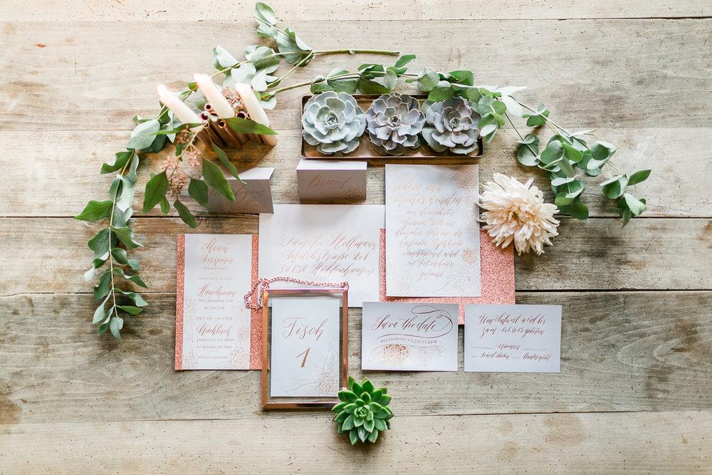 deko-tischdeko-papeterie-kaligrafie-kupfer-sukkulenten-muenchen-hochzeitsfotograf-shooting-trier-luxemburg-marriage-wedding-inspiration-spinnerei-kolbermoor-papeterei.jpg