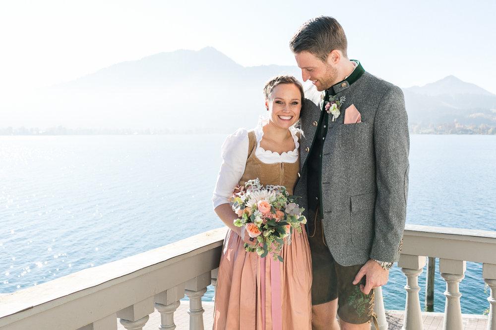 tegernsee-rathaus-standesamt-brautpaar-blumen-dirndl-tracht-braut-hochzeit-wedding-marriage-hochzeitsfotograf-muenchen-luxembourg-trier.jpg