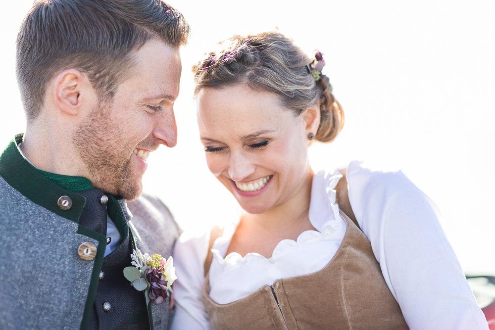tegernsee-rathaus-standesamt-brautpaar-boot-paarshooting-blumen-dirndl-tracht-braut-hochzeit-wedding-marriage-hochzeitsfotograf-muenchen-luxembourg-trier-love.jpg