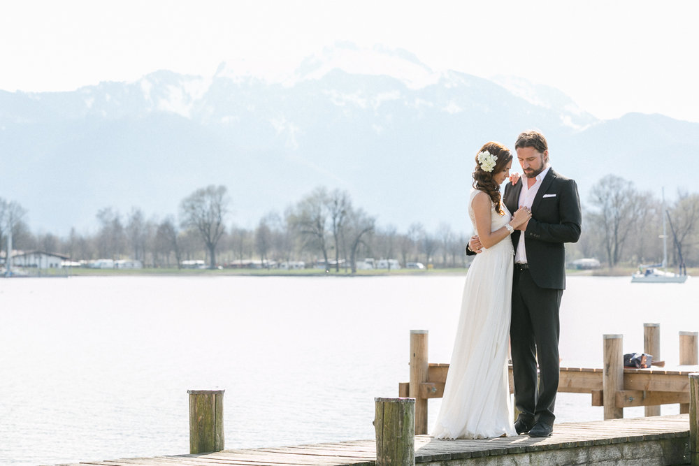 chiemsee-chiemgauhof-deko-blumen-hochzeit-wedding-marriage-hochzeitsfotograf-muenchen-luxembourg-trier-berge-alpen-bayern-steg-love.jpg