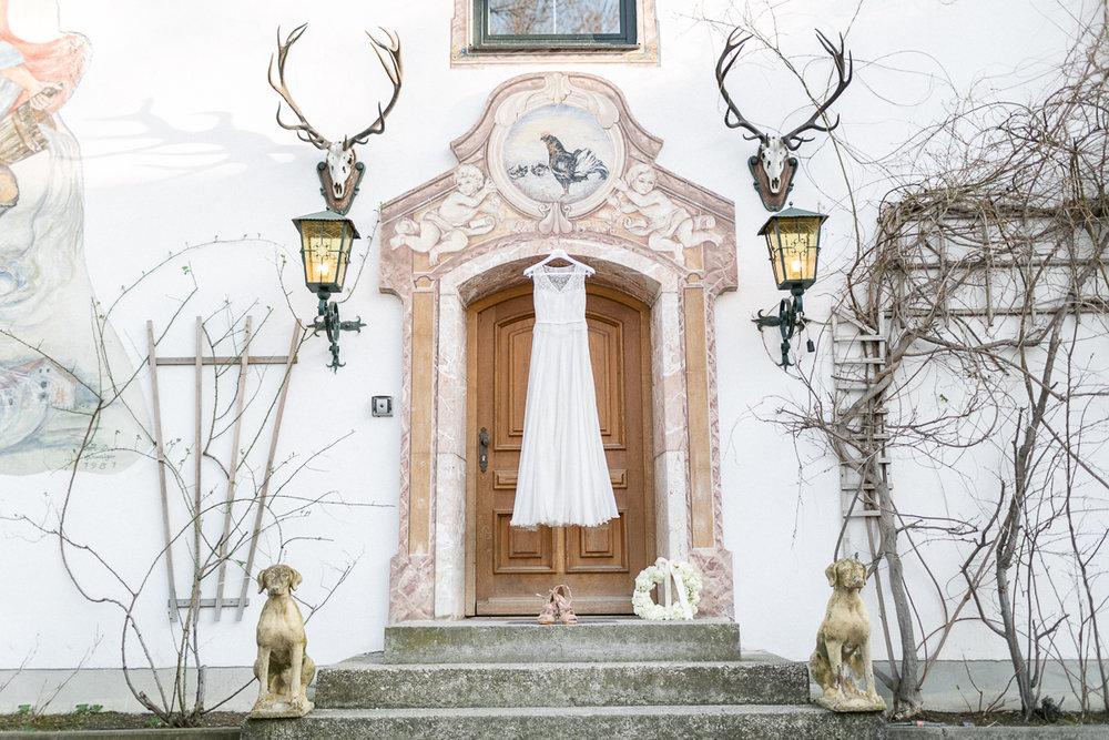 chiemsee-chiemgauhof-deko-blumen-hochzeit-wedding-marriage-hochzeitsfotograf-muenchen-luxembourg-trier-berge-alpen-bayern-brautkleid.jpg