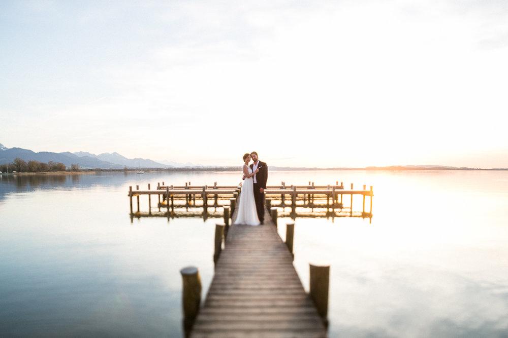chiemsee-chiemgauhof-deko-blumen-hochzeit-wedding-marriage-hochzeitsfotograf-muenchen-luxembourg-trier-berge-alpen-bayern-steg-sonnenuntergang-sunset-susanne_wysocki.jpg