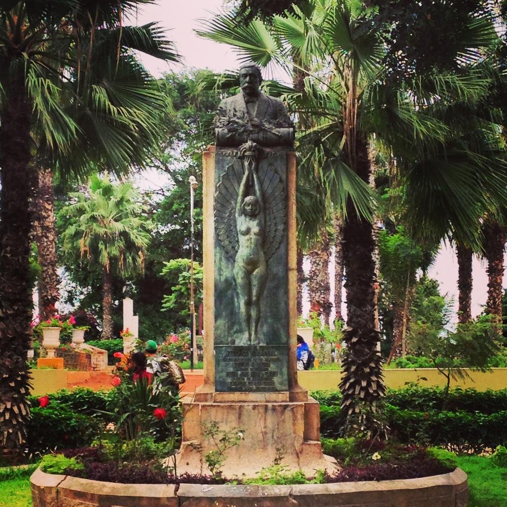 The beautiful art deco statue in parque Parra, Barranco