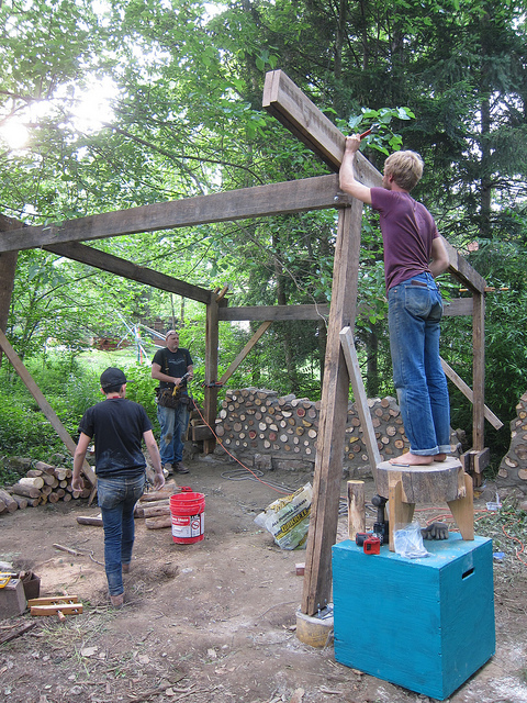 Erection of the roof structure (photo by Sara Black)