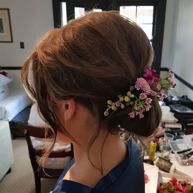 Nice basic 'Rustic' style for bridesmaid hair ✅ . . . .  Note to self , a blank wall is always a winner backdrop👍 ...not a thousand bobby pins and hair spray ❎ 😶😁