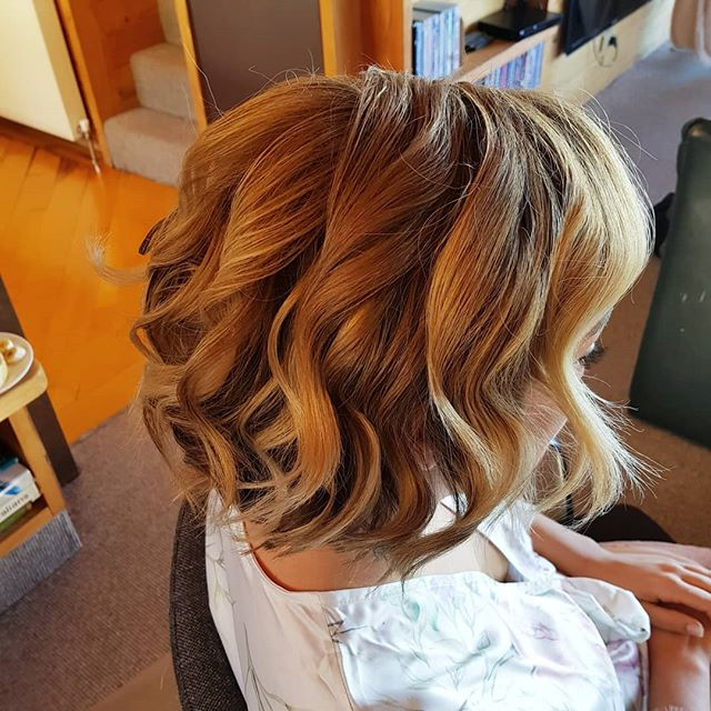 Bridesmaid Hair prep. Loving the jaw length bob thats trending atm.  We always say a bob/lob never fails. Its versatile in styling options and generally the go-to cut for brides post wedding.  Set the style with opposing waves then lightly dress it with your fav texturizing or volume powder to achieve that sexy tussled midlength style that we are all crushing on. 💖