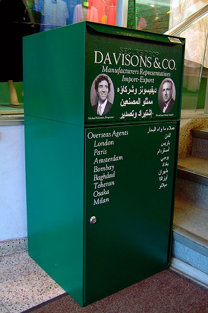The company initially functioned somewhat symbolically as a drop box. Then in 2005 it took the form of a full-fledged packaging center and sorting facility. Members of the Iraqi diaspora community and interested citizens were invited to send objects and goods of their choice, to be shipped free of charge to recipients in Iraq, an exceptional offer at a time when the shipping and trade infrastructure in the country had completely collapsed on account of the war.