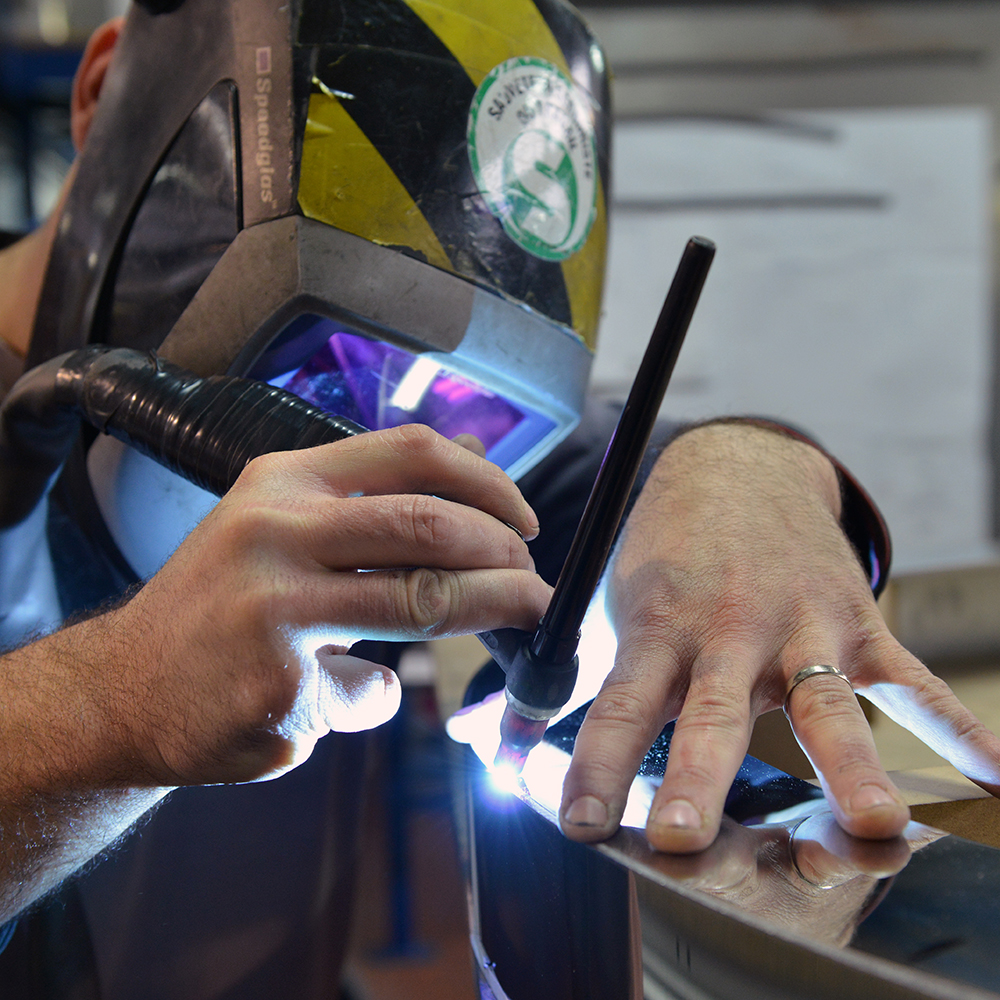 OHQ compétents tous métaux, découpe jet d'eau et laser, plieuse, robot de soudure laser 12 chaudronniers/soudeurs