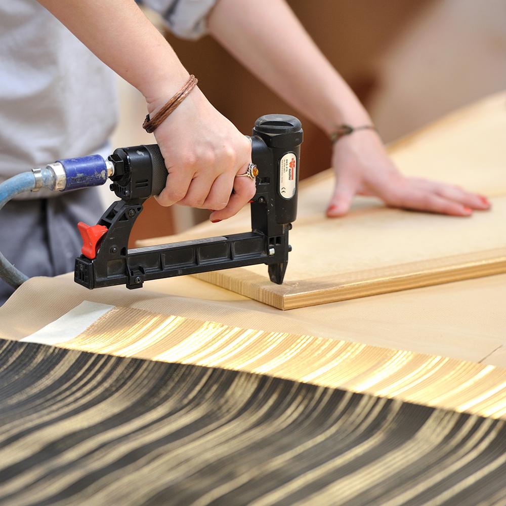 Gainage cuir et matériaux souples, tissus métalliques, applicationfeuille d'or/argent/palladium 2 tapissiers