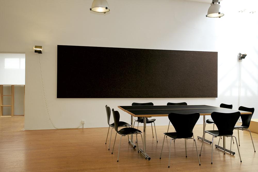 PANNELLO SEMPLICE  Disponible en deux hauteurs et dans différentes longueurs au choix. Il peut également être monté dans un angle de la salle.