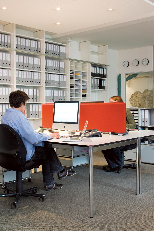 PANNELLO TAVOLA  Pannello Tavola lässt sich problemos an jeden Schreibtisch montieren und dient gleichzeitig als Sichtschutz.