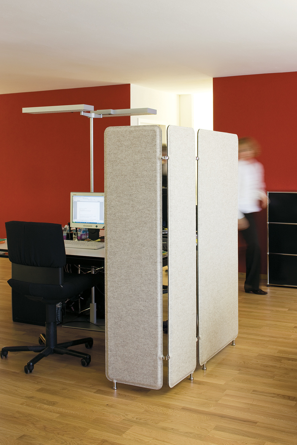 PANNELLO PARAVENT Pannello Paravent stands on two legs, can be enlarged at discretion and is designed for use as an optical room partition.