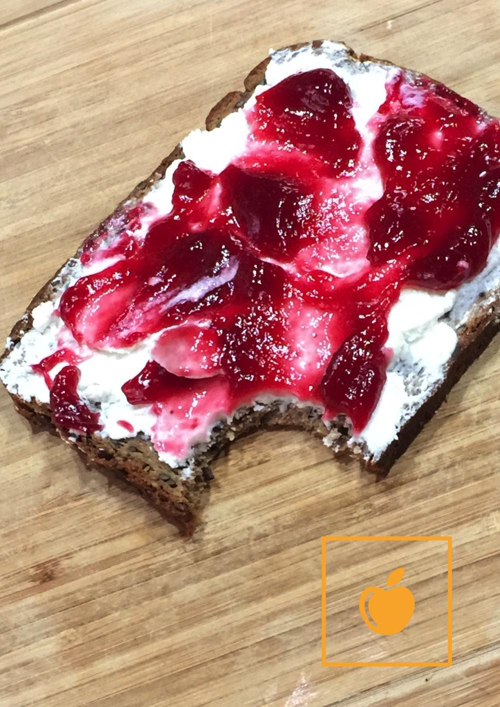 Proteinbrot_Magertopfen_Marmelade