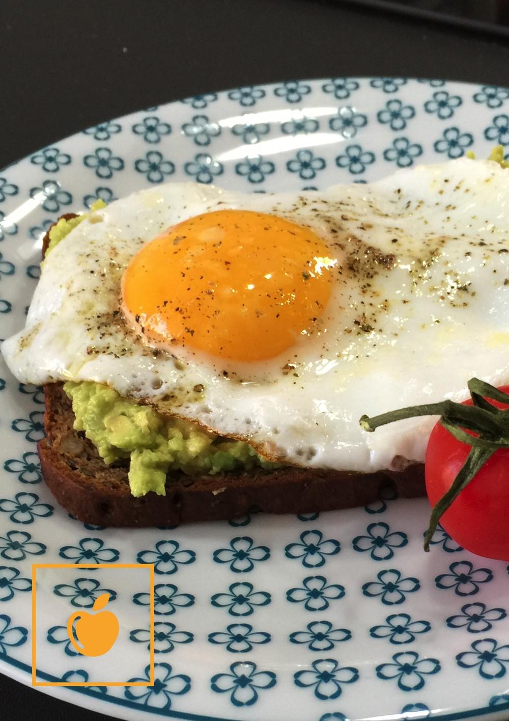 Proteinbrot_mit_Spiegelei_auf_Avocado