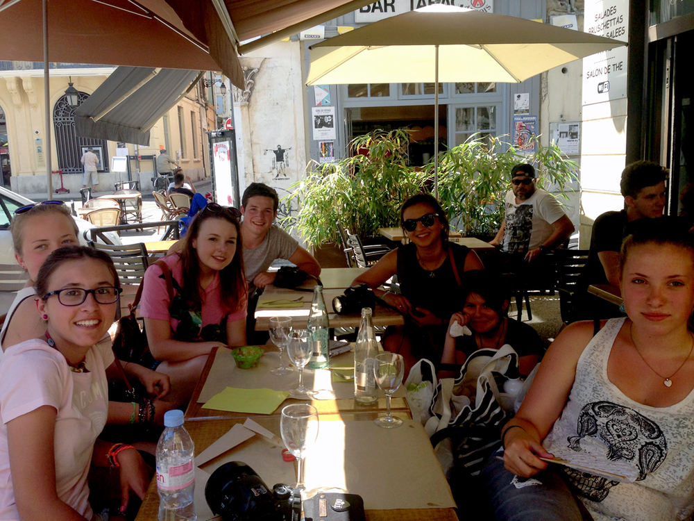 Students enjoying lunch and beautiful weather on the Arles excursion