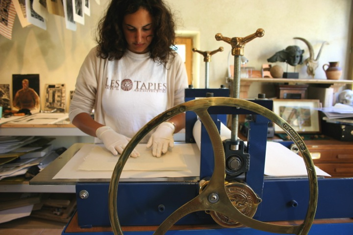 printmaking student at les tapies summer programs for art and architecture
