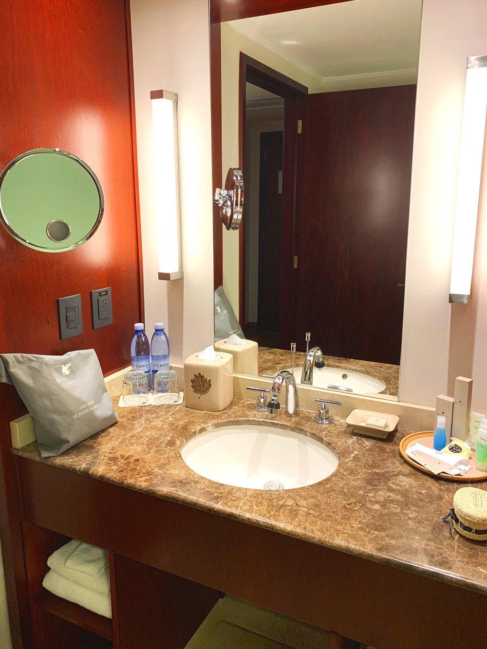The lovely spacious bathroom.