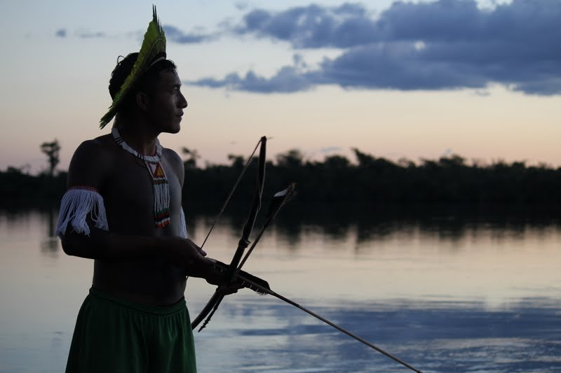 Kayapó ledare vid Xingu floden.   Foto:  Christian Poirier