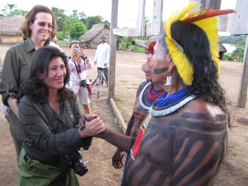 Atossa Soltani, skådespelerskan Sigourney Weaver på besök i Amazonas.