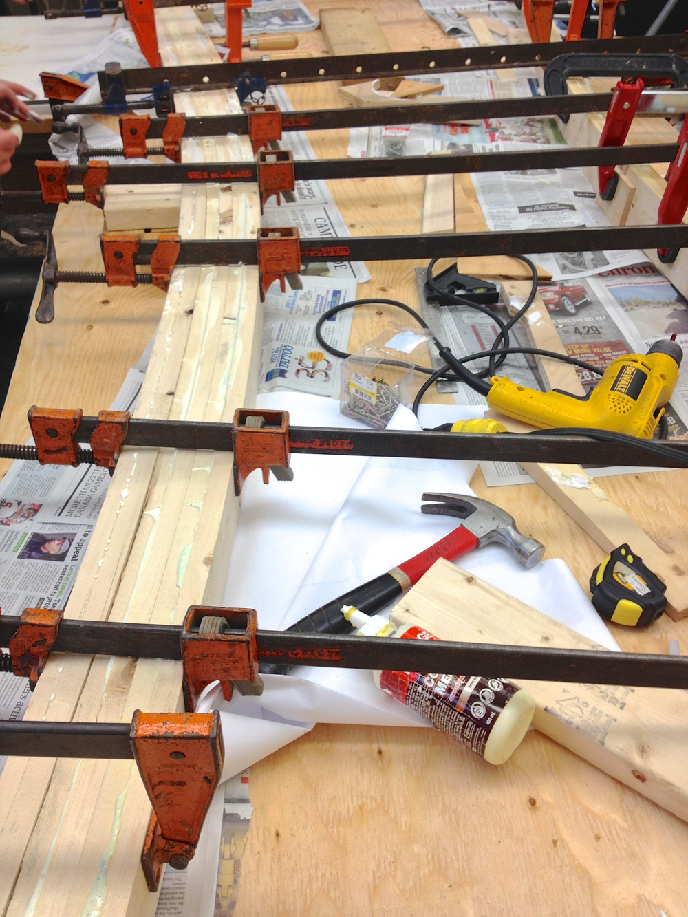 Bending and gluing the wood for the curved truss