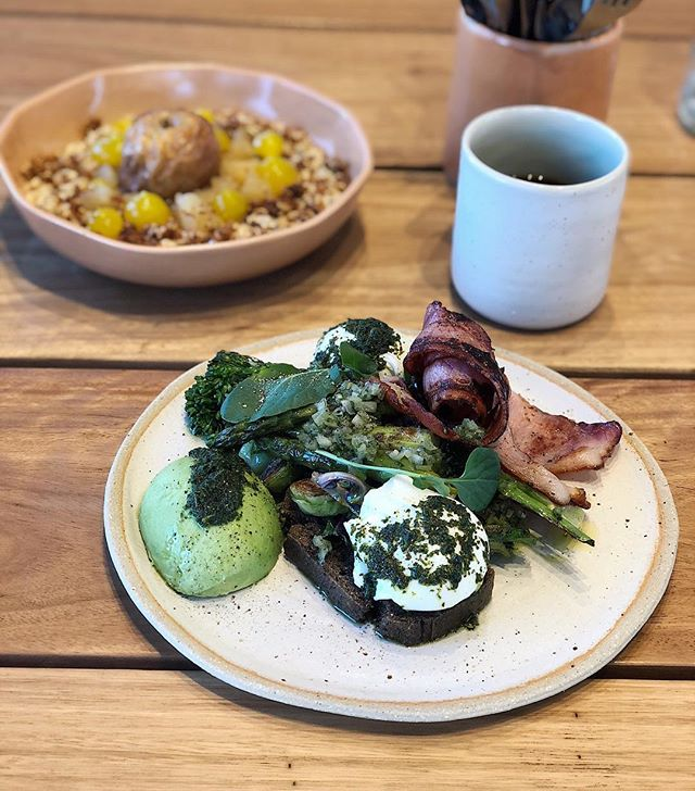 Our green eggs being photobombed by our porridge! Sweet or savoury, we got you! #porquenolosdos 💁🏽♀️