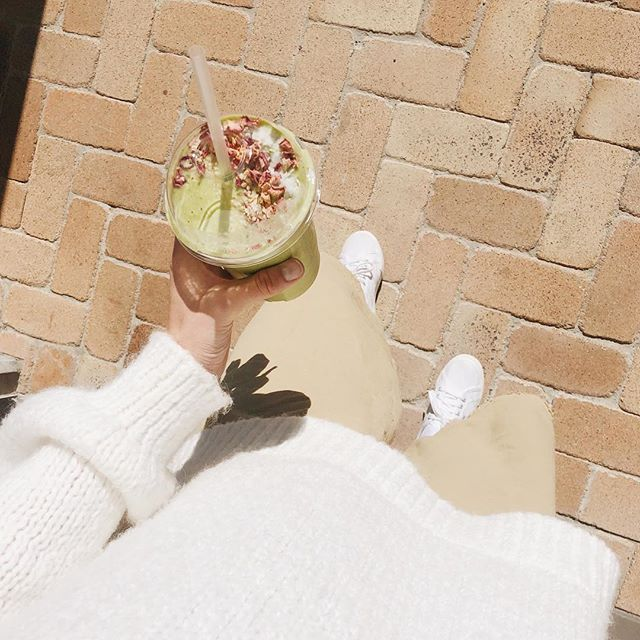 The perfect start for a (green and) golden week! 🌞🌞 our green and gold smoothie with spinach, mango, pineapple, ginger, mint, date, coconut, bee pollen and rose petals 🌿🌿 @tiffanyellecooper