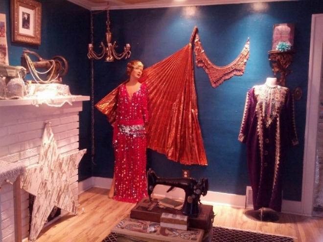 Vintage sewing machine gallery at TISSU!
