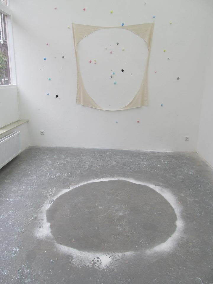 FABRIC-FLOUR-BALLS, fabric, cotton-balls, paint, pigments, ø175cm, Kunstpodium T Tilburg, 2014