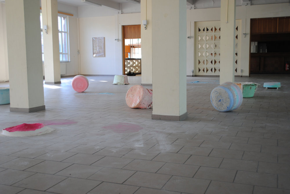 9 TUBS - Coloured chalk, pigment, plaster, paint, wood, jute, silicone, cotton, 15 x 15m, Alert, Summerresidency Tongres 2016