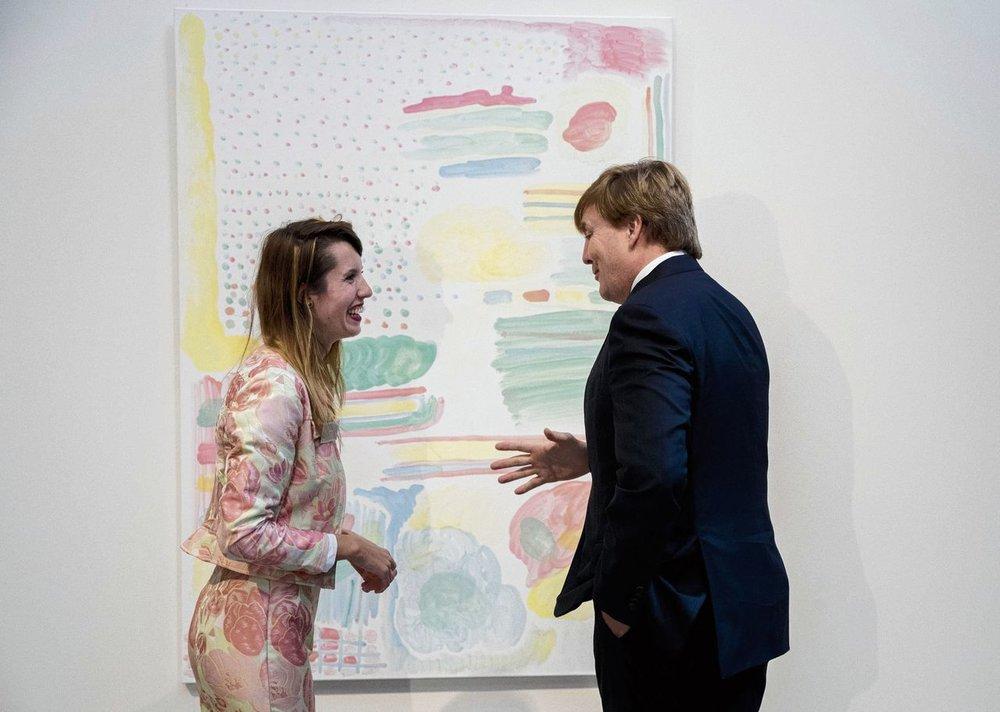 Koning WillemAlexander en Vera Gulikers tijdens de uitreiking van de Koninklijke Prijs voor Vrije Schilderkunst 2017 . NRC 9 okt 2017.Foto JERRY LAMPEN/ ANP