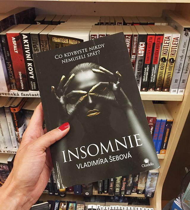 Dnes som zbehla do @knihkupectvi_luxor kúpiť si knihu od J. Campbella a pozrieť sa na Glukhovskeho Metro 2033, ktoré mi včera pri káve odporučil @presentomusic. Ako som tam hľadala v oddelení sci-fi, zazrela som toto zlatíčko a až mi tak srdce poskočilo - hádam to nebolo z toľkého kofeínu v tele 😅. Je to prvý krát, čo som našla Insomniu v češtine v kamennom kníhkupectve v Prahe (v eshopoch je bežne dostupná). Doteraz som ju v kamenných predajniach nehľadala, nakoľko sa považujem za malú rybu na českom trhu medzi toľkými skvelými zahraničnými dielami. Preto ma to tak veľmi potešilo - ešte k tomu v Palládiu na Námestí Republiky, čo je miestečko ako vyšité 🖤  Mnohí, ktorí ste už čítali Insomniu v češtine, sa ma pýtate na preklad Hypersomnie (Insomnia #2) do českého jazyka. V tejto chvíli nemôžem nič sľúbiť, ani sa konkrétne vyjadriť, ale môžem povedať, že pracujem na tom, aby ste si pokračovanie v češtine mohli vychutnať čím skôr 😊  P.S.: Už ste si niekedy v kníhkupectve všimli, ako obálky presne sedia do žánrov? 😄 Proste prídeš do sci-fi/fantasy a všetky obálky sú tmavé ako snímky od DC comics haha 😄 #dnescitam #copravectu #czech