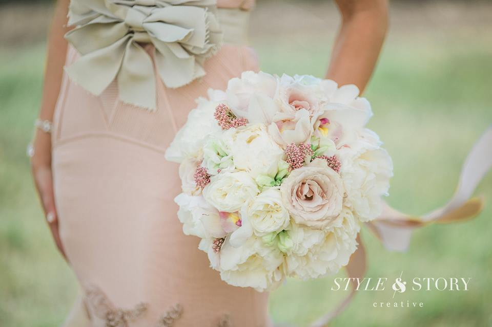 You always need some pretty flowers as your walking down the aisle and I think Posy Florals really outdid themselves with this bouquet! Literally so perfect with Emily's Vera Wang dress!