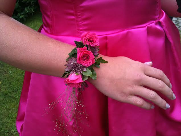 Pricken över i:et kan vara ett blomstersmycke, varför inte låta tärnorna bära ett armband eller en vacker tiara istället för en tärnbukett..