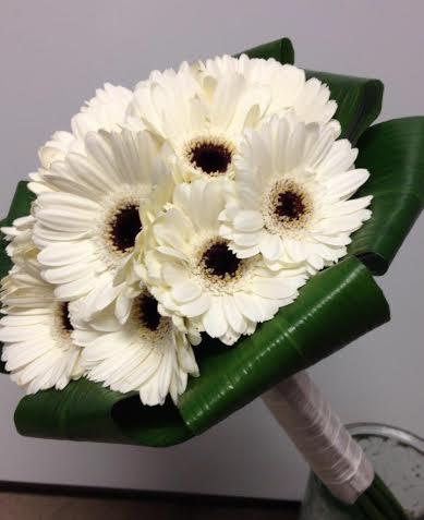 Med gerbera och Germini kan man skapa den där riktiga flower-power-känslan, eller varför inte en vacker snövit med krage av dubbelvikta Aspidistrablad?